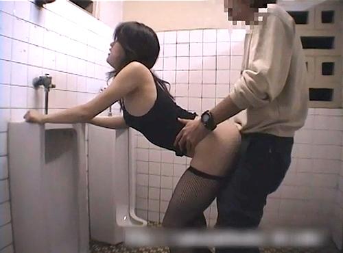 【 盗撮動画 】公園の公衆トイレで野外SEXするド変態カップルの痴態SEXを完全盗撮!!!