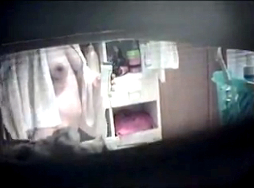 【盗撮動画】脱衣所の窓から巨乳娘の裸体を盗撮した本物にしか見えない民家盗撮映像wwwww