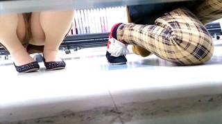 【 盗撮動画 】某レンタルショップ店で棚下から覗き見パンチラ盗撮した超レア映像wwwww