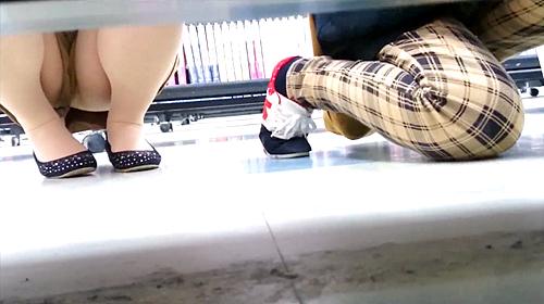 【盗撮動画】某レンタルショップ店で棚下から覗き見パンチラ盗撮した超レア映像wwwww