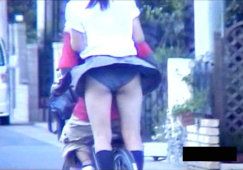 【盗撮動画】強風でスカートがめくり上がりJKパンチラする瞬間!!!※神風パンチラ盗撮映像