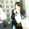 【 盗撮動画 】友達とお喋りに夢中で無防備に座りパンチラする女性を狙い望遠カメラ盗撮したリアル映像wwwww