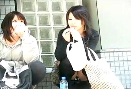 【盗撮動画】友達とお喋りに夢中で無防備に座りパンチラする女性を狙い望遠カメラ盗撮したリアル映像wwwww