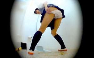 【 盗撮動画 】学校の女子トイレに潜入してJKのお漏らしする瞬間を盗撮した激ヤバ映像!!!※スカトロ閲覧注意