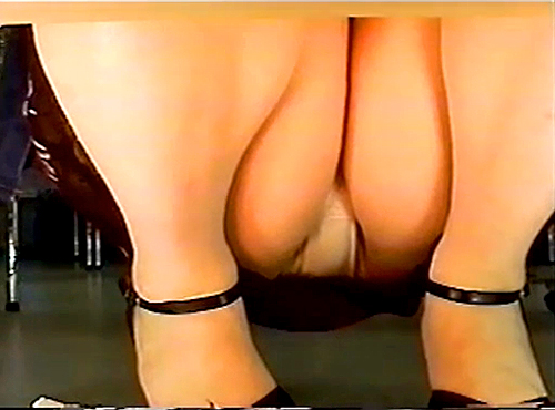 【 盗撮動画 】商品の棚下から女性客を狙い逆さ撮りパンチラ盗撮した絶景アングル映像!!!