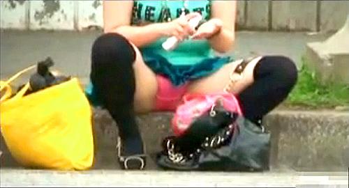 【盗撮動画】バス停で座りパンチラする素人ギャルビッチを狙い反対車線から盗撮したったwwwww