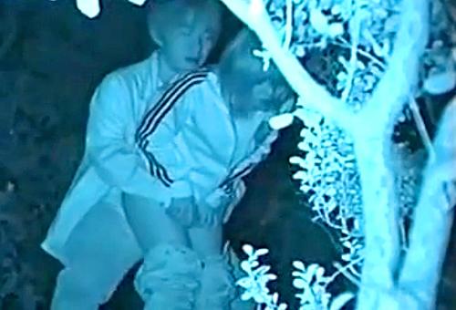 【 盗撮動画 】深夜の公園ド真ん中で野外SEXする発情バカップルを赤外線盗撮したったwwwww