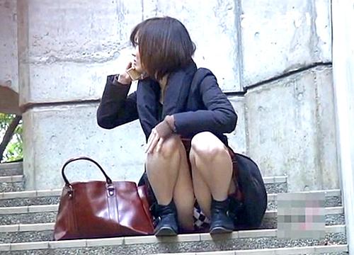 【盗撮動画】バレたら即逃亡www街中で座りパンチラするミニスカお姉さんを正面から大胆盗撮!!!