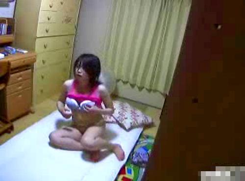 【盗撮動画】妹の自宅オナニーを狙い部屋に突撃してみた家庭内ハプニング盗撮映像wwwww