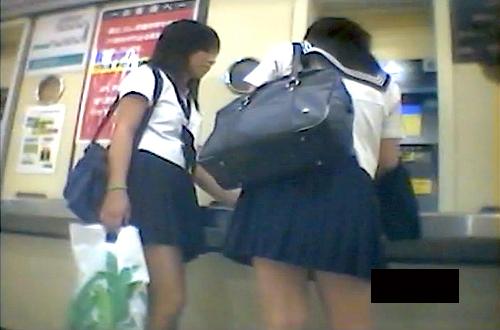 【盗撮動画】駅構内や電車で通学下校のJKを狙い逆さ撮りパンチラ盗撮した絶景アングル映像!!!