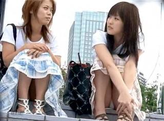 【 盗撮動画 】バレたら即逃亡www街中で座りパンチラ女子を接近盗撮したリアル映像!!!