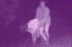 【 盗撮動画 】真夜中の公園のド真ん中で野外SEXするバカップルを赤外線盗撮したリアル映像!!!