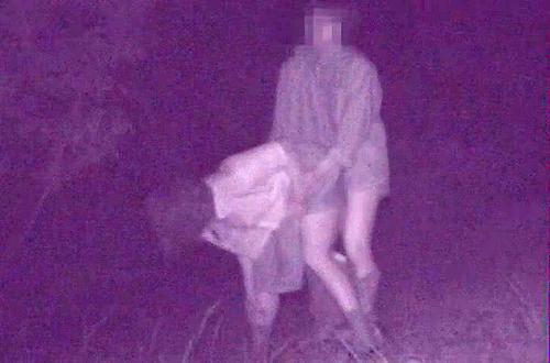 【盗撮動画】真夜中の公園のド真ん中で野外SEXするバカップルを赤外線盗撮したリアル映像!!!