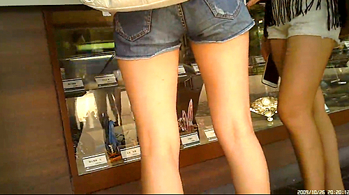【盗撮動画】ホットパンツ美脚な女の子を尾行して至近距離から生脚盗撮したマニアック映像www※脚フェチ必見