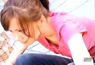 【 盗撮動画 】座ってる可愛い女の子を狙い斜め上から胸チラ盗撮した超絶ヌケる映像wwwww