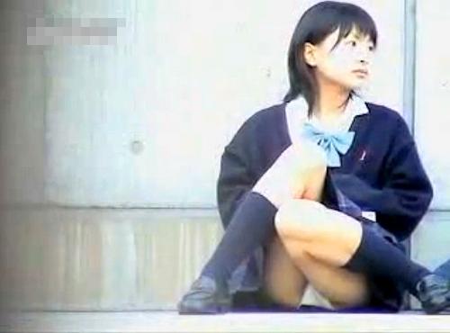 【盗撮動画】地べた座って大胆パンチラしてる可愛いショ~トカットJKを盗撮したレア映像!!!