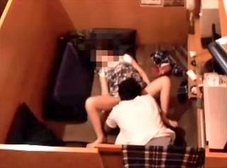 【 盗撮動画 】ネットカフェで発情した素人バカップルのサイレントSEXをご覧下さい。※防犯カメラ盗撮
