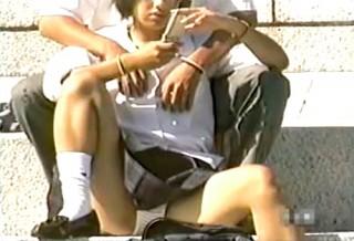 【 盗撮動画 】公園でイチャつく学生カップルを狙い望遠カメラで激撮!!パンチラ盗撮したガチ映像wwwww