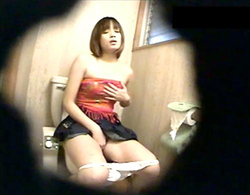 【盗撮動画】ビッチお姉さんの絶頂トイレオナニーを覗き穴から一部始終盗撮したったwwwww