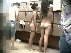 【 盗撮動画 】プール場の女脱衣所に潜入!!ギャルグループを盗撮した激ヤバ映像www※女盗撮犯の投稿