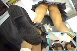 【 盗撮動画 】プリクラで大ハシゃぐギャルJKを逆さ撮りパンチラ盗撮!!!※ゲーセン店員からの投稿