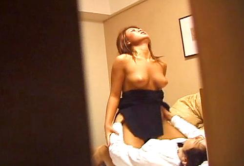 【盗撮動画】隙間からロケットおっぱい巨乳ギャルと自宅SEXを覗き見盗撮したったwwwww