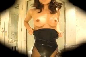 【 盗撮動画 】モデル美女がバニーガールのコスチュームに着替える一部始終をご覧下さい。※更衣室盗撮