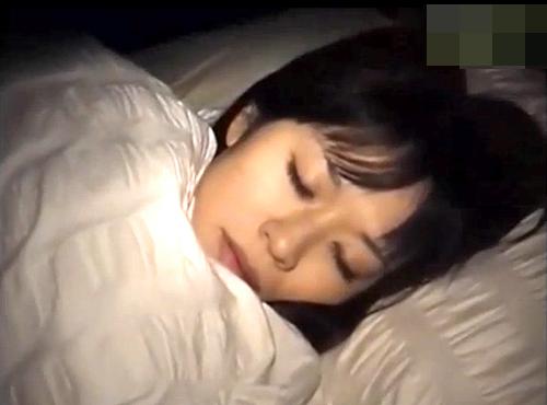 【盗撮動画】ストーカーが女性宅に侵入寝てる女の子を夜這いレイプした激ヤバ問題映像…※閲覧注意