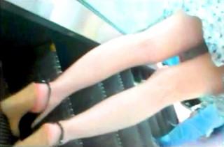 【 盗撮動画 】エスカレーターで美脚ワンピースお姉さんを逆さ撮りパンチラ盗撮したったwwwww