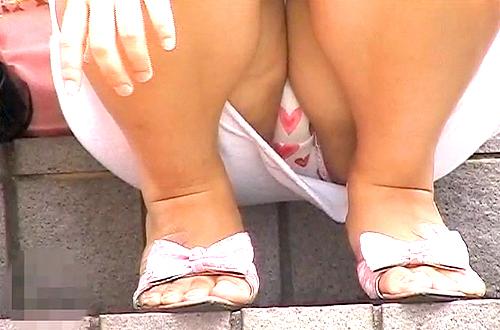 【盗撮動画】野外の階段でくつろぐ女性を望遠カメラで座りパンチラ盗撮したリアル映像wwwww