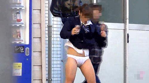 【盗撮動画】下校中のJKを狙い突撃⇒スカートめくりパンチラ盗撮したハプニング面白映像wwwww
