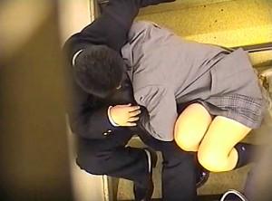 【 盗撮動画 】野外階段でイチャイチャする学生カップルの青春を上から覗き見盗撮したったwwwww