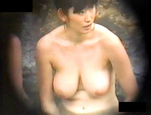【 盗撮動画 】温泉の女湯露天風呂でお姉さんの爆乳おっぱいを望遠カメラ盗撮したレア映像wwwww