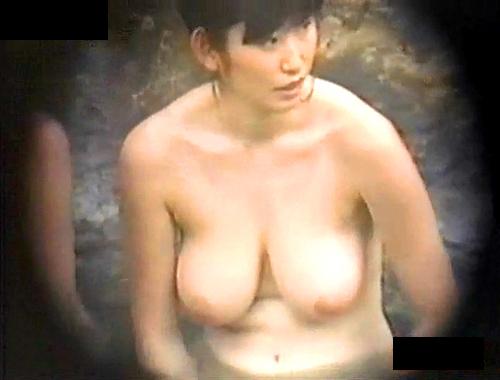 【盗撮動画】温泉の女湯露天風呂でお姉さんの爆乳おっぱいを望遠カメラ盗撮したレア映像wwwww