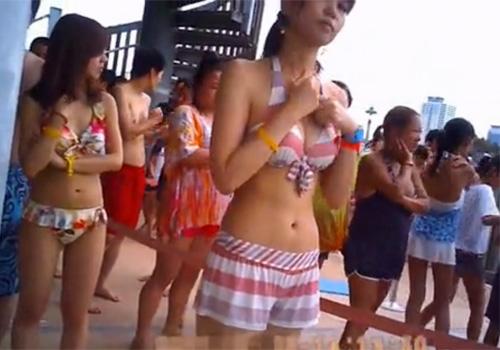【盗撮動画】プールの監視員をしてるフリしてビキニ水着ギャルをこっそり撮影したったwww
