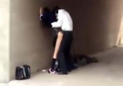 【 盗撮動画 】学校帰りに高架の下で制服JKが男友達2人と野外セックスしてる様子を草むらに隠れて撮影!!!