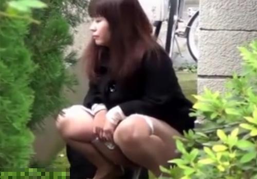 【 盗撮動画 】お姉さんが野外でオシッコ中に隠し撮りに気づいても放尿は止まらないwww