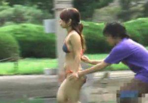 【 隠撮動画 】ビーチでギャル達がビキニ水着を剥ぎ取られ全裸…おっぱいとおまんこを丸出しで呆然とするwww