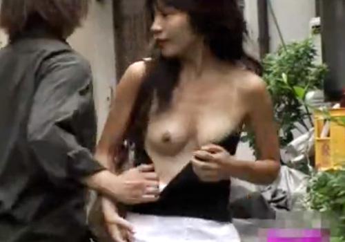 【 盗撮動画 】街中で無防備な素人娘を狙って服をズリ下ろしておっぱいを丸出しにて逃走するwww