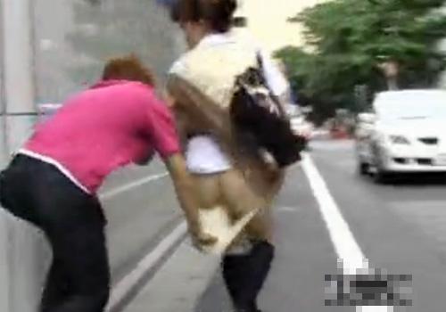 【盗撮動画】街中で白昼堂々と制服JKのミニスカを捲り上げてパンツをずり下ろしお尻を拝見www