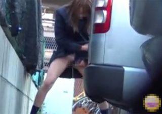 【 盗撮動画 】帰宅途中の制服JKが近くにトイレがなくて駐車場で隠れてパンツをずらし立ちションしてるwww