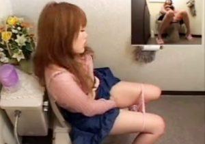 【 盗撮動画 】公衆トイレで激カワ女子大生がオシッコした後に巨乳丸出しでおまんこを弄り絶頂オナニーwww