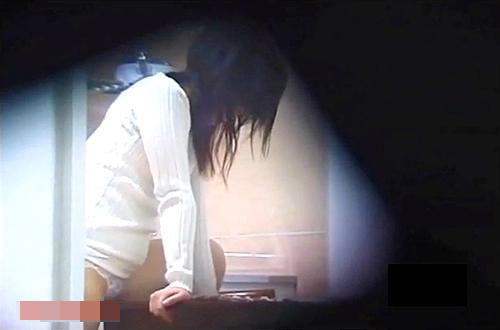 【盗撮動画】平日の昼下がり…隣に住んでる若くて綺麗な奥さんの角オナニーを盗撮した衝撃映像!!!