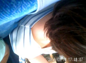 【 盗撮動画 】バレたら即逮捕!!電車内で座る女性を狙い胸チラ盗撮した激ヤバ映像www※乳首盗撮GET