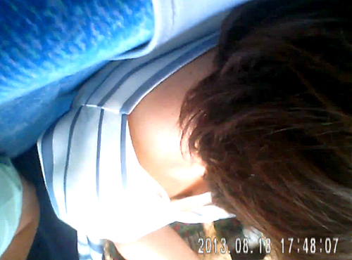 【盗撮動画】バレたら即逮捕電車内で座る女性を狙い胸チラ盗撮した激ヤバ映像www※乳首盗撮GET