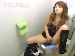 【 盗撮動画 】変態ギャルがトイレで化粧なおしついでに下品オナニーする痴態を盗撮したったwwwww