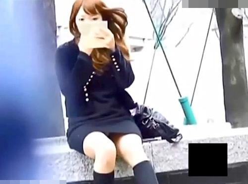 【盗撮動画】街角でお化粧直しする綺麗なワンピースお姉さんを狙い望遠カメラでパンチラ盗撮映像!!!