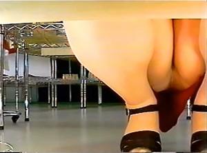【 盗撮動画 】棚下に盗撮カメラを設置⇒スカート女性のしゃがみパンチラ盗撮したローアングル映像!!!