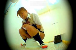 【 閲覧注意 】学校女子トイレでギャルJKのお漏らしするハプニング盗撮映像www※スカトロ注意