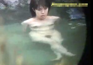 【 盗撮動画 】山奥の露天風呂で色白の可愛いJKの綺麗な貧乳おっぱいから目が離せないwww
